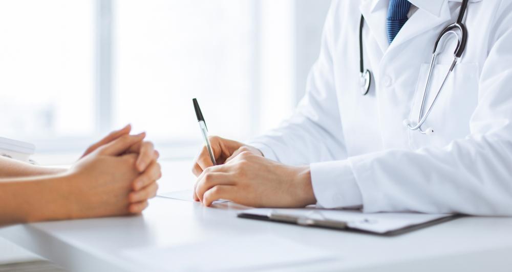 Dr. Behrendt legt viel Wert auf eine gute Beratung seiner Patientinnen vor einer Schönehitsoperation